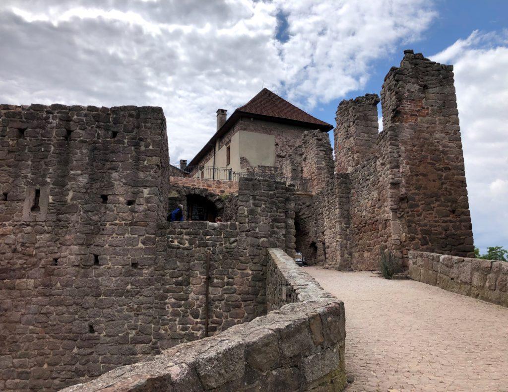 zřícenína hradu Pecka, kamenné hradby, vstup do hradu Pecka,