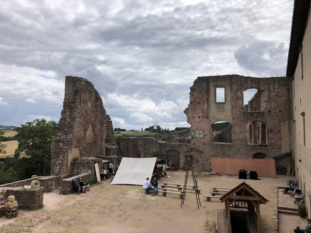 nádvoří hradu Pecka, produkce kejklířů, zřícenína hradu, kamenné zdi, částečně zataženo