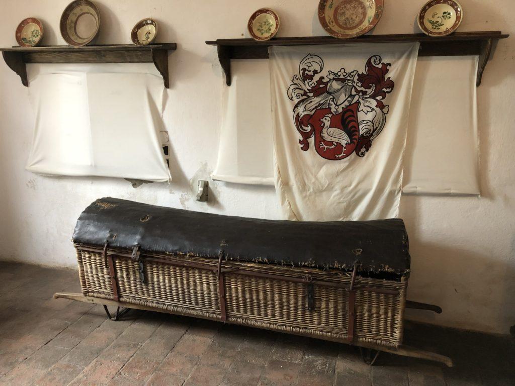 truhla na přenášení opilců z hospody na hradě Pecka, proutěná truhla s nosítky
