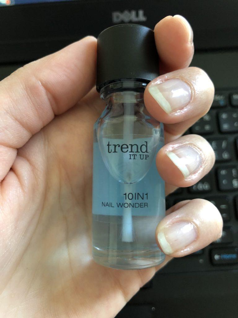 lak na nehty trend it up 10in1 nail wonder, lak na nehty na zpevnění nehtů v ruce s nalakovanými nehty