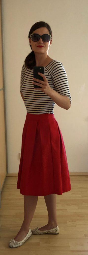 žena se slunečními brýlemi a červenou rtěnkou, bílo modré pruhované triko, červená kolová sukně, elegantní styl, francouzský styl, bílé baleríny