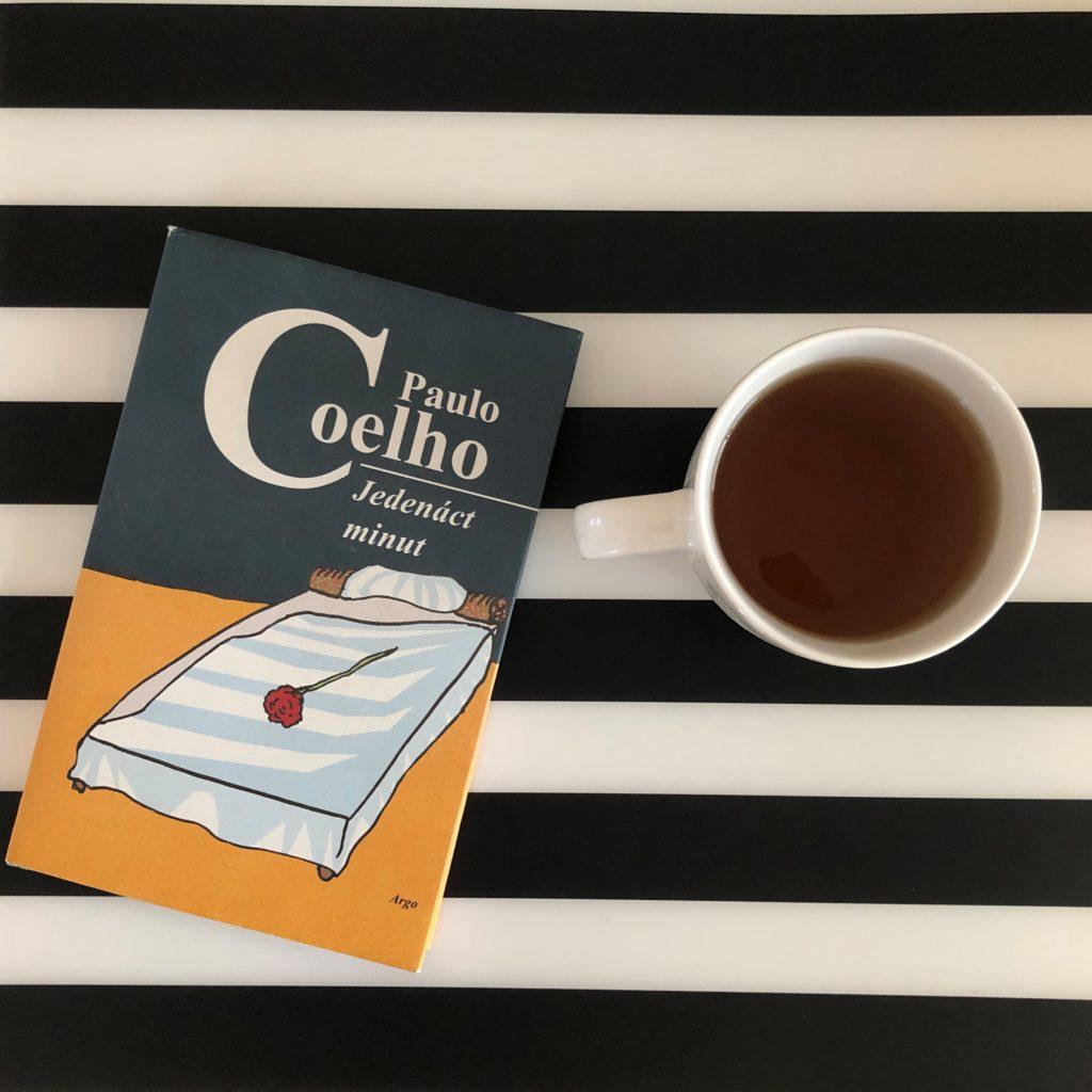 kniha Paulo Coelho Jedenáct minut, kniha a šálek čaje na černobílém pozadí