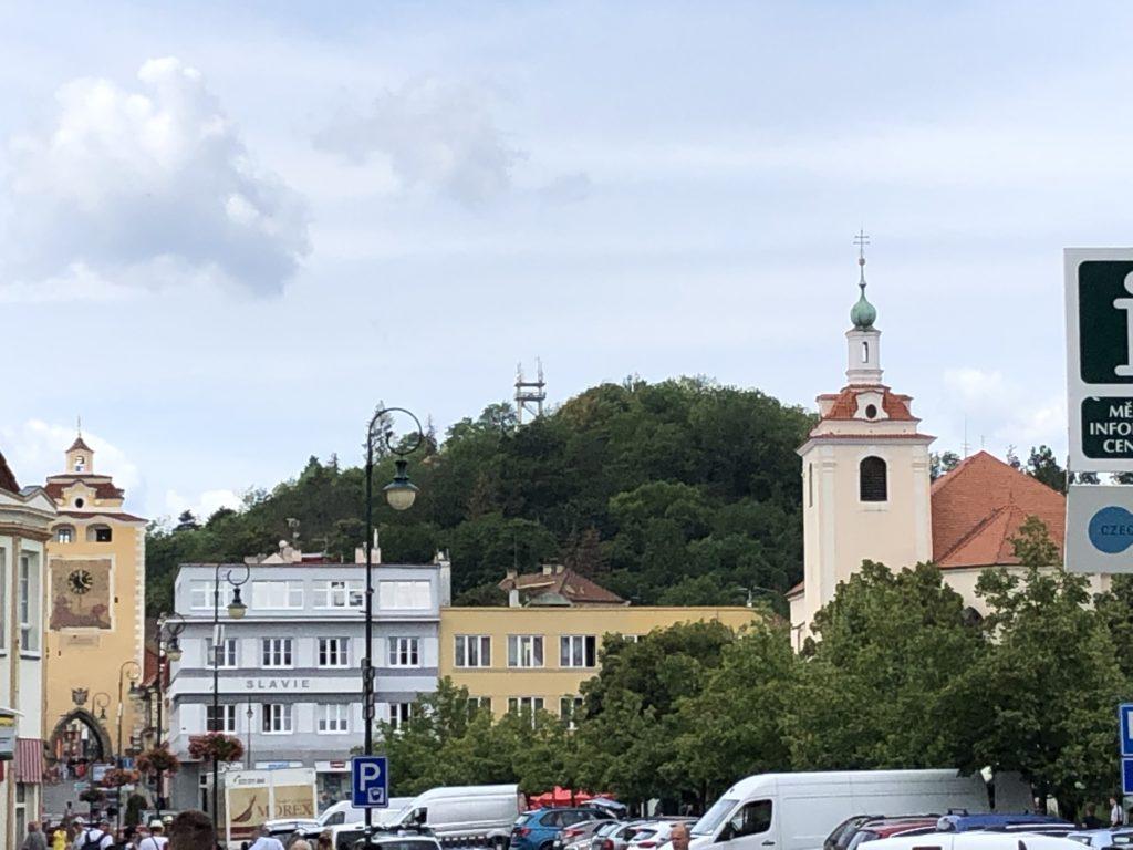 Pohled na Městskou horu z berounského náměstí