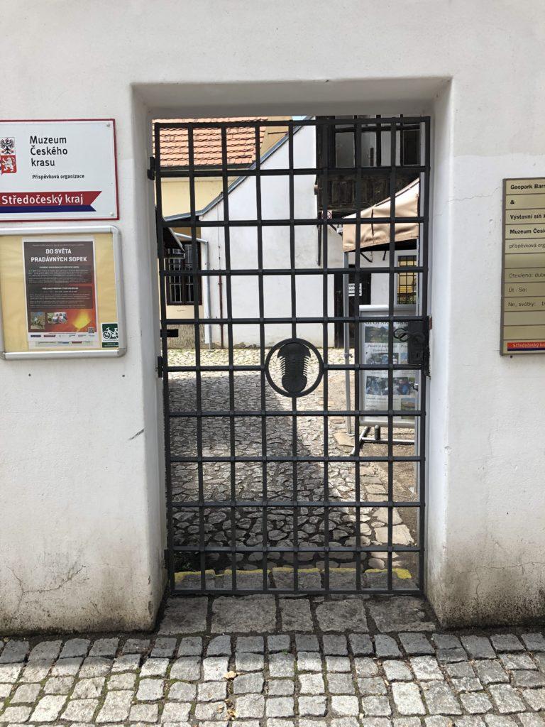 Geopark Barrandien, kovaná železná brána s trilobitem, Muzeum Českého krasu ve Středočeském kraji