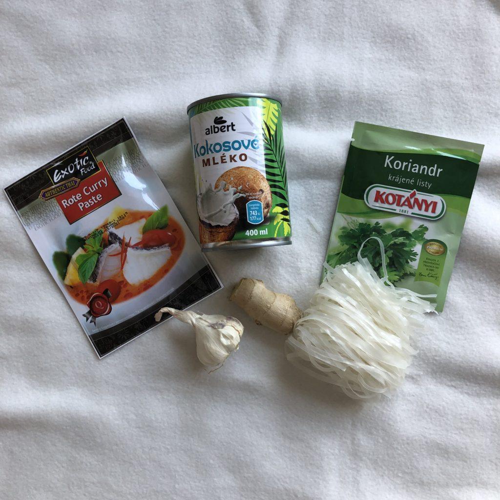 červená kari pasta, kokosové mléko, koriandr, česnek, zázvor a nudle