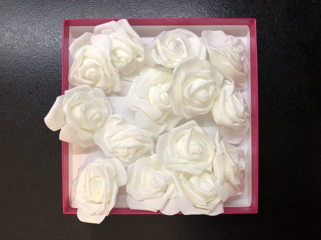 květinová krabička ve fázi výroby, zatím jen samostatné květy růží