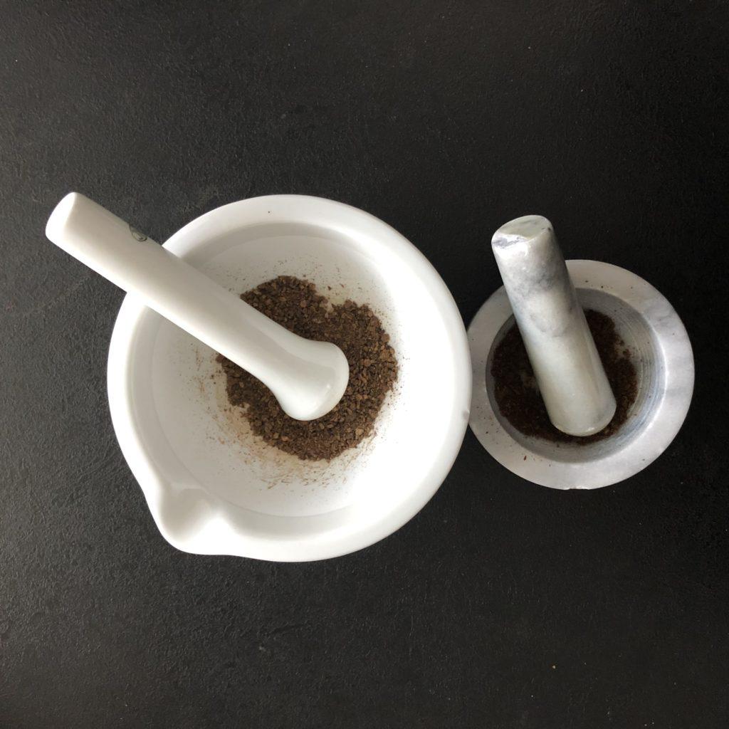 koření na dýňové latté je nejlepší rozdrtit v hmoždíři