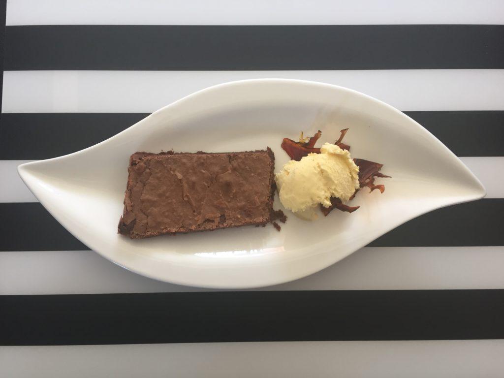 čokoládové brownies s vanilkovou zmrzlinou a karamelem