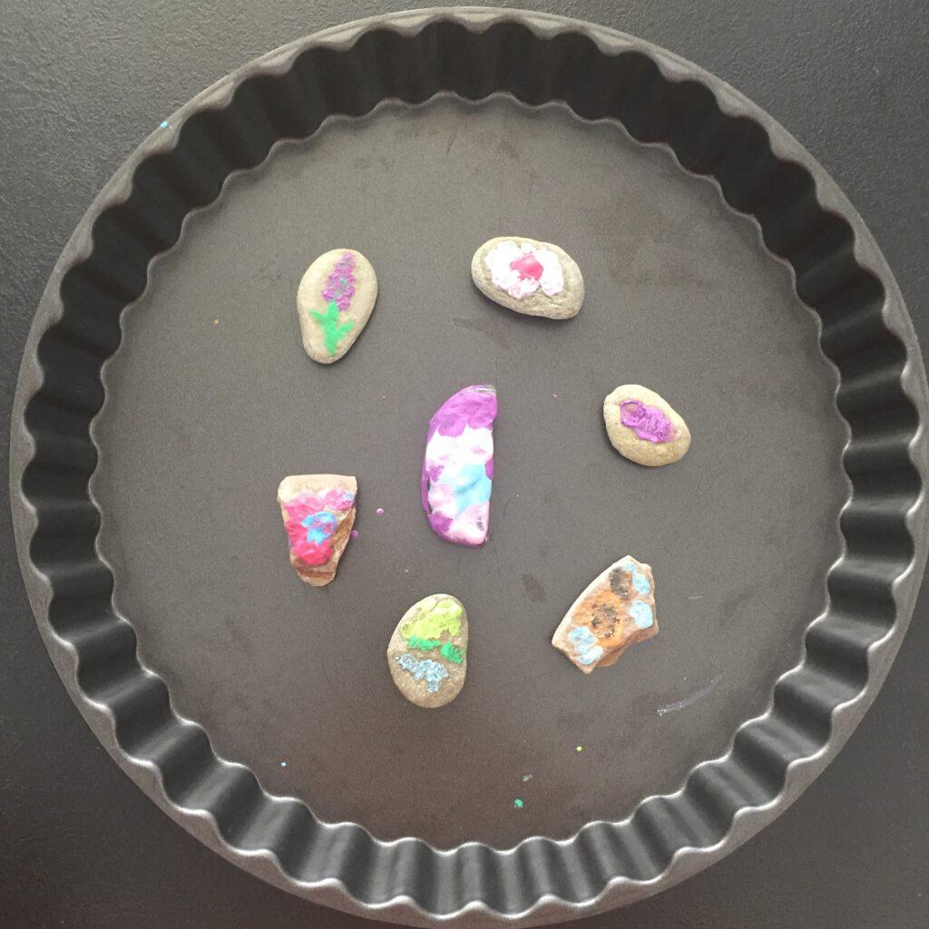 Putovní kamínky pomalované rozpuštěnými voskovkami