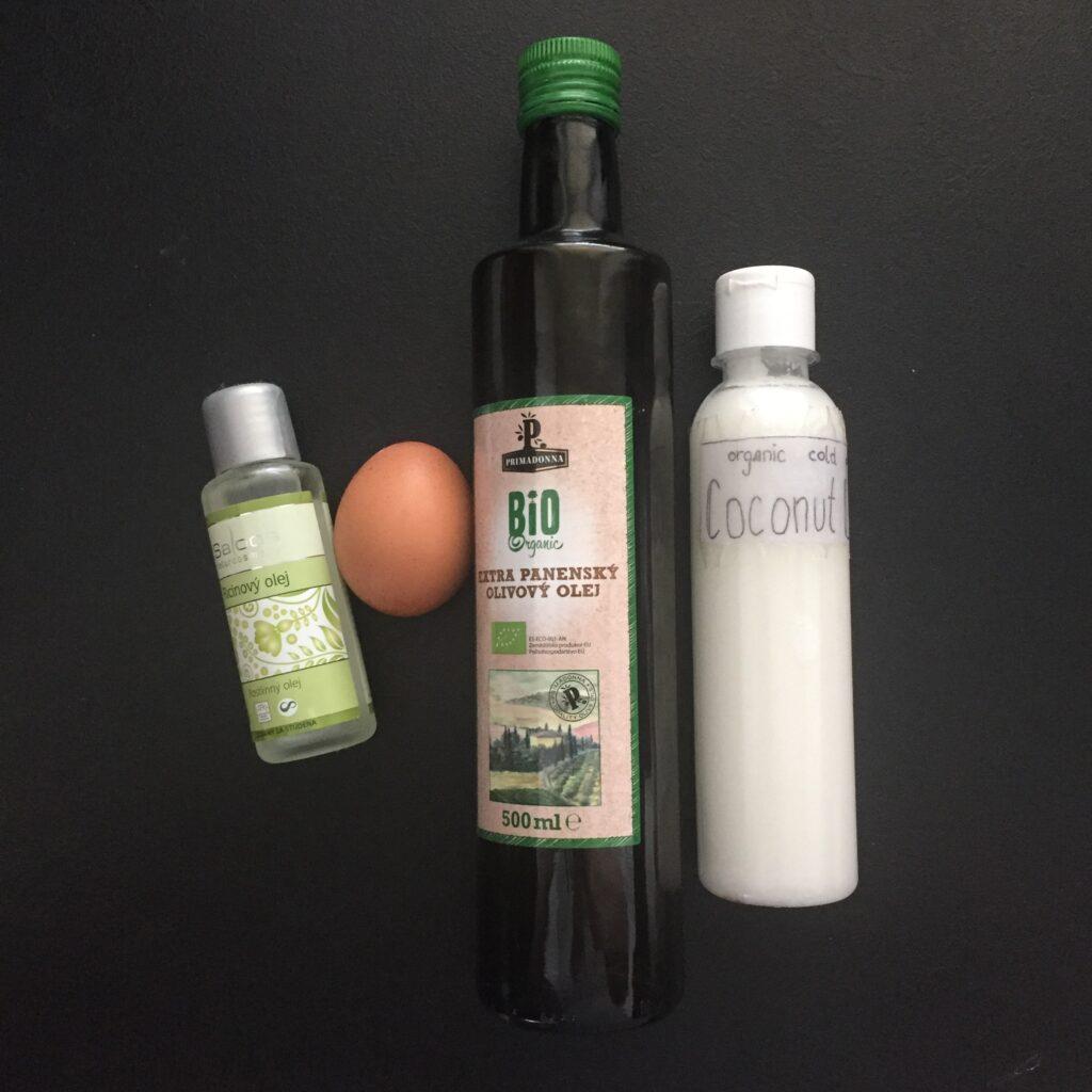 Maska na vlasy se skládá z ricinového oleje, vejce, olivového a kokosového oleje