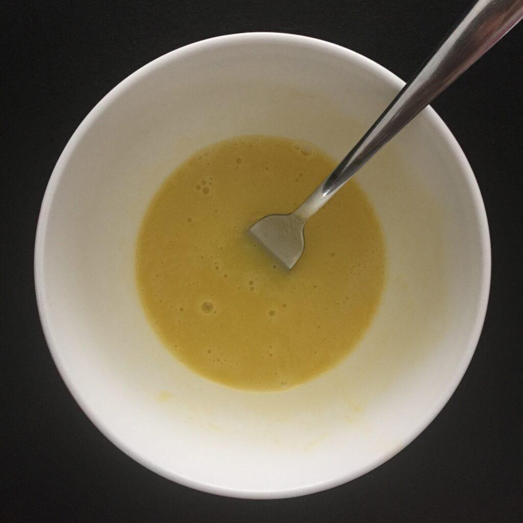 Maska na vlasy s vejcem a oleji má po rozšlehání vidličkou konzistenci jako těsto na omeletu