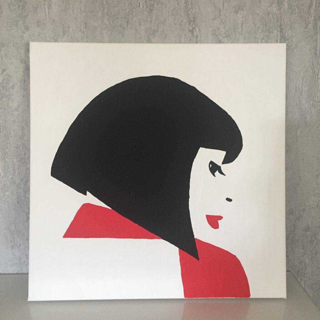 Plátno s portrétem ženy s černým mikádem v červených šatech s červenou rtěnkou
