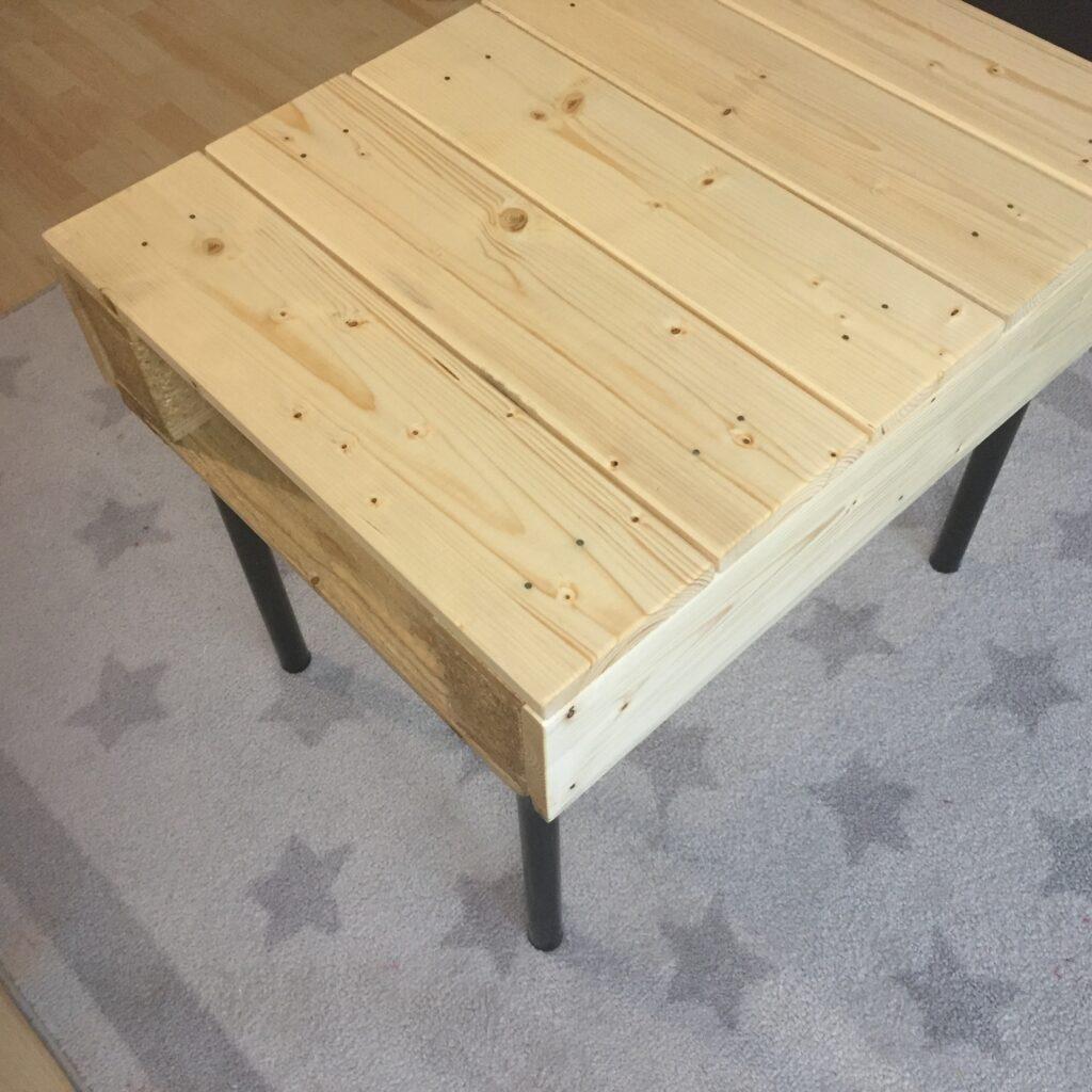 Z boku se dají do paletového stolku zastrčit krabice od dětských bot a vznikne kýžený úložný prostor