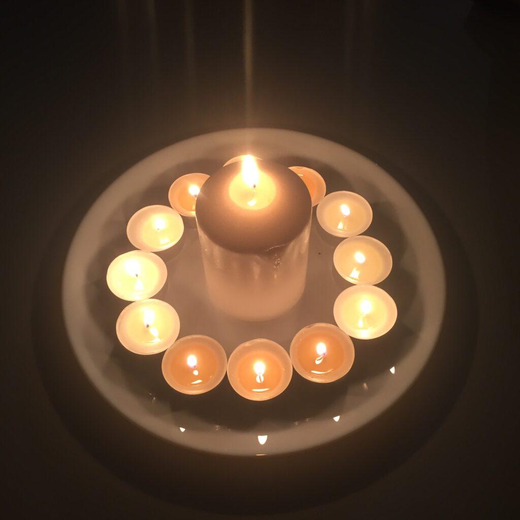 Při oslavě slunovratu značila centrální svíce sjednocení a dvanáct čajových svíček jednotlivé měsíce roku